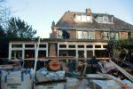 De bouw vordert gestaag, het dak is dicht.
