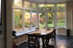 Er is veel licht in de keuken door de grote glasoppervlakken en het ruim bemeten daklicht