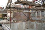 de kelder is gereed, de spanten hangen aan een hulpconstructie